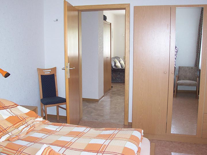 Unser Appartement 1 auf dem Hof Kilbe hat ein separates Schlafzimmer mit Doppelbett