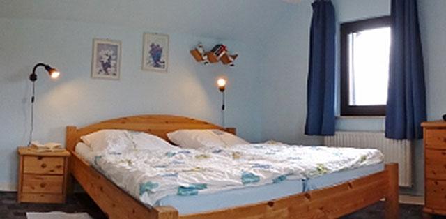 Unser Appartement 2 auf dem Hof Kilbe hat ein separates Schlafzimmer mit Doppel- und Einzelbett