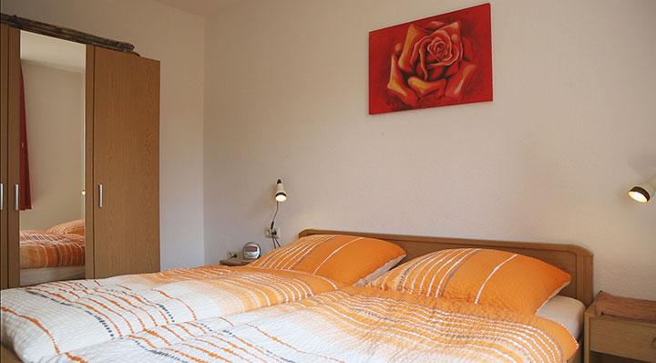 Unser Appartement 3 auf dem Hof Kilbe hat ein separates Schlafzimmer mit Doppelbett