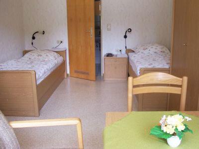 Unser Zweibettzimmer in der Bauernhof Pension Hof Kilbe mit Terrasse und Sitzecke