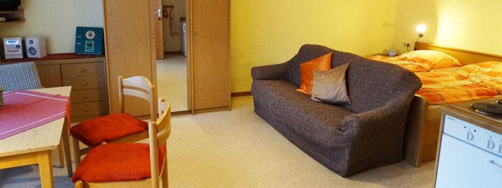 Der großzügige Wohn- und Schlafraum in Appartement A auf dem Hof Kilbe in Bad Berleburg mit Doppelbett