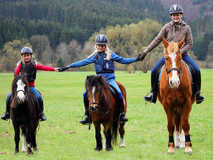 Reiterfreunde auf dem Hof Kilbe