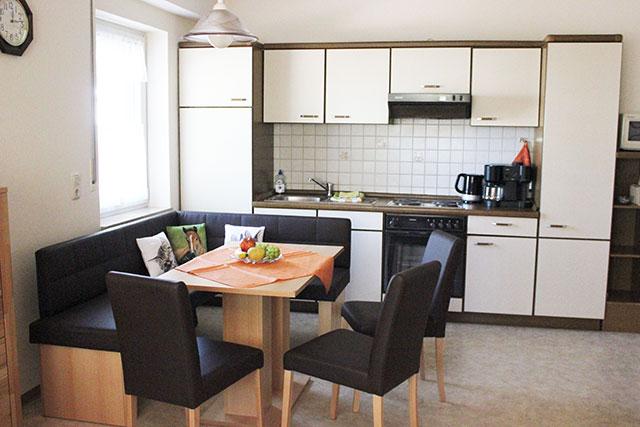 Unsere moderne Ferienwohnung auf dem Hof Kilbe verfügt über eine Wohn-Küche mit Küchenzeile und Essecke